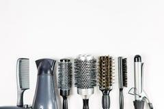用工具加工在白色孤立的美发师` s顶视图 免版税库存照片