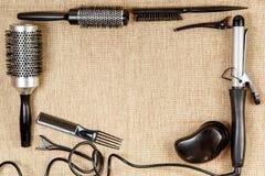 用工具加工在米黄背景的美发师` s顶视图 免版税库存照片