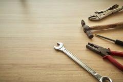 用工具加工木背景的供应商 库存图片