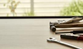 用工具加工木背景的供应商 免版税库存照片