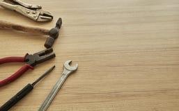 用工具加工木背景的供应商 免版税库存图片