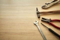 用工具加工木背景的供应商 库存照片