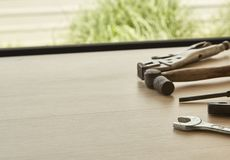 用工具加工木背景的供应商 图库摄影