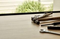 用工具加工木背景的供应商 免版税图库摄影