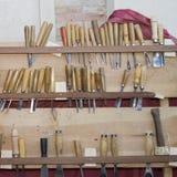 用工具加工木雕家 免版税库存图片