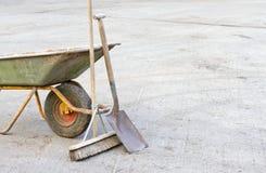 用工具加工独轮车 免版税库存照片