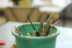 用工具加工陶瓷工 库存图片