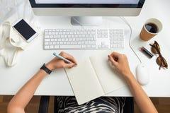 用左手的女商人顶视图在minimalistic办公室 O 免版税库存照片