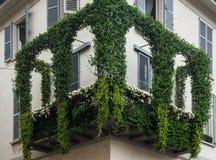 用常春藤盖的壁角阳台 免版税库存图片