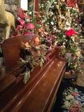 用常青树装饰的钢琴 免版税库存图片