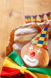 用帽子和丝带装饰的狂欢节油炸圈饼 库存照片