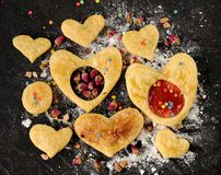 用干玫瑰在心脏形状的吹自创曲奇饼装饰的 免版税库存照片