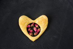 用干玫瑰在心脏形状的吹自创曲奇饼装饰的o 免版税图库摄影