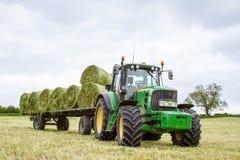 用干草捆装载的拖车 免版税图库摄影