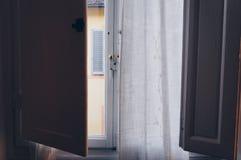 用平的意大利人的一个窗口 免版税库存照片