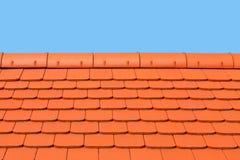 用平,红色,陶瓷砖盖的新,现代屋顶 关闭 免版税库存照片