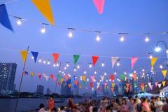 用庆祝的光和装饰装饰的夜的大气 免版税库存图片