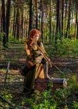 用弓在马背上武装的妇女战士 库存照片