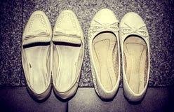 用弓装饰的古色古香的妇女鞋子 免版税库存图片