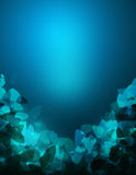 用弯曲的三角形状装饰的抽象蓝色背景 免版税库存图片