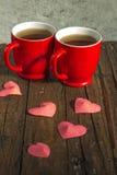 用心脏装饰的两个茶杯 免版税库存图片