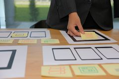 用户设计在智能手机片剂l上的经验UX设计师网 免版税库存图片