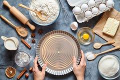 用手做酸的馅饼面团的过程 烘烤的蛋糕在厨房里 顶视图 免版税库存照片