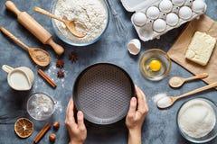 用手做馅饼面团的过程 烘烤的蛋糕在厨房里 顶视图 平的位置 免版税库存图片
