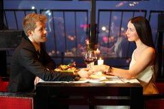 用手拿着女孩的餐馆人 免版税库存图片