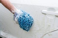 用手洗车 肥皂suds和洗涤的露指手套 库存图片