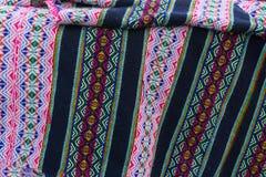 用手被编织的古老安地斯山的色的织品 库存图片