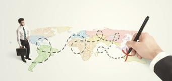 用手被画的商人看地图的和路线 免版税库存照片