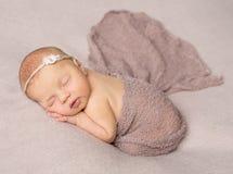 用披肩盖的甜点睡觉的新出生的女孩 库存图片