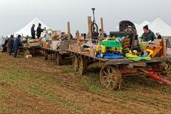 用拍卖物品装载的门诺派中的严紧派的农厂无盖货车 免版税图库摄影