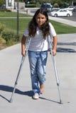 用拐杖支持女孩年轻人 图库摄影
