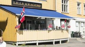 用挪威旗子装饰的木餐馆大阳台 免版税库存图片