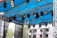 用斑点装备的露天舞台在音乐会前点燃系统 库存照片