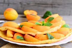 用新鲜的杏子切片和薄菏或煎蛋卷充塞的自创煎蛋卷在一块白色服务板材 如何做煎蛋卷 库存图片