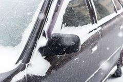 用新鲜的空白雪包括的汽车 免版税图库摄影