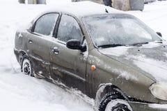 用新鲜的空白雪包括的汽车 免版税库存照片