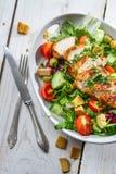 用新鲜蔬菜做的健康沙拉 免版税库存照片