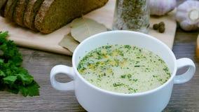 用新鲜蔬菜和面包装饰的汤 股票视频