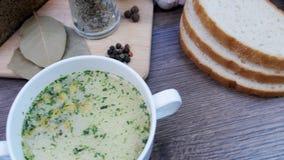 用新鲜蔬菜和面包装饰的汤 影视素材