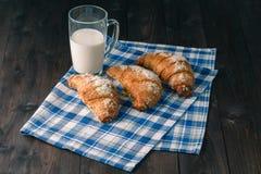 用早餐与咖啡crema,牛奶,在葡萄酒o的新鲜的新月形面包 库存照片