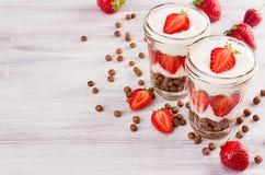 用早餐与巧克力球玉米片,在白木委员会的被切的草莓特写镜头顶视图 与拷贝sp的装饰边界 免版税库存图片