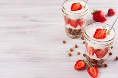 用早餐与巧克力球玉米片,在白木委员会的被切的草莓特写镜头顶视图 与拷贝sp的装饰边界 免版税库存照片