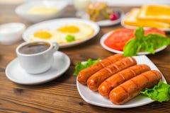 用早餐与设置在木背景,克洛的食品 免版税库存照片