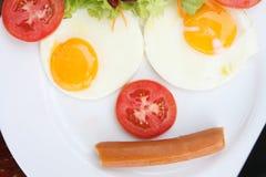 用早餐在一个滑稽的表面的牌照 图库摄影