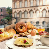 用早餐在咖啡馆用乳酪面包、火腿、果酱、鸡蛋和咖啡 免版税库存图片