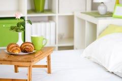 用早餐在床上用在盘子的酥皮点心 免版税图库摄影